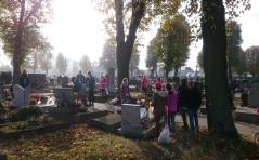 Uprzątanie grobów przez nasze Marianki